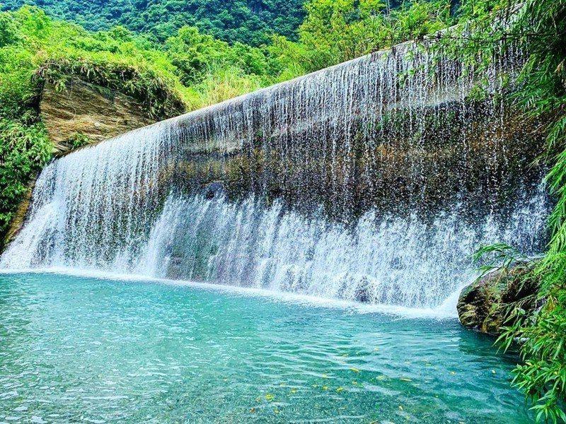 夏日玩水景點!花蓮「翡翠谷」走路不到20分水質透明清澈還有魚兒啄腳 ...
