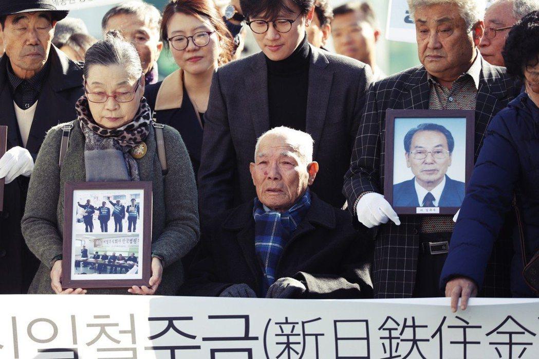 等待法院判決的南韓徵用工。戰爭時期日本對本土與各殖民地展開物資與人力的強制動員,...
