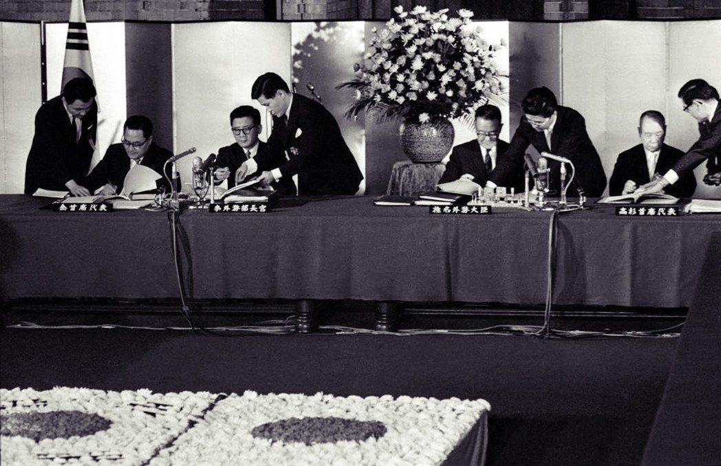 1965年日韓簽定基本條約、日韓請求權與經濟協力協定,」,明文日本將對韓國提供3...