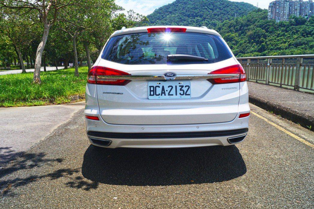 車尾後方透過一條橫貫的鍍鉻飾條妝點,多了些層次感。 記者趙駿宏/攝影