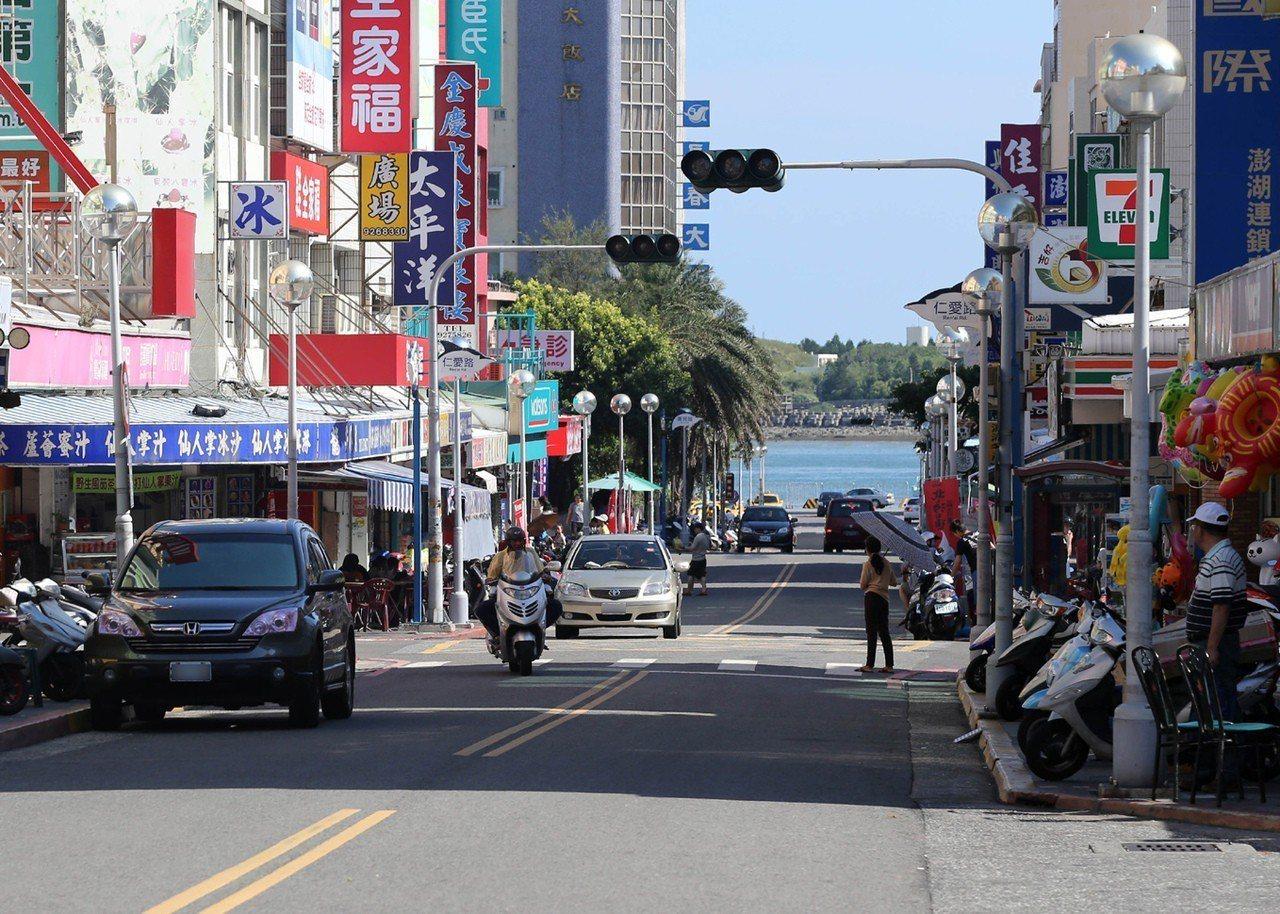 外島生活環境相對較佳,但物價並不比台灣本島低。圖為澎湖馬公市區。 聯合報系資料照...