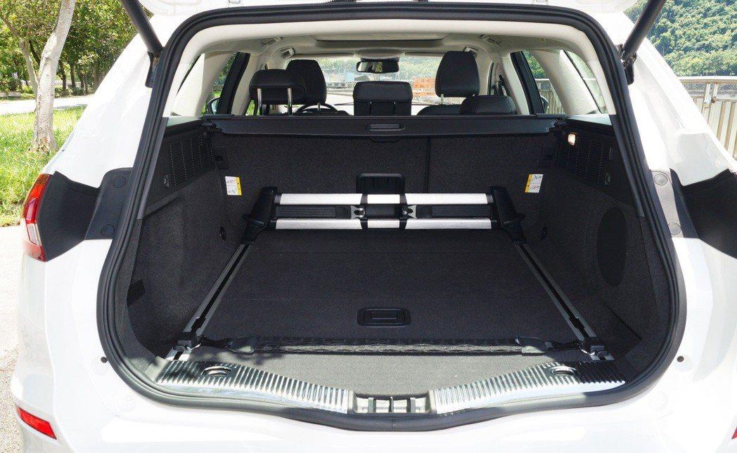 後行李箱空間相當讓人滿意,未倒平即有500L的容量。 記者趙駿宏/攝影