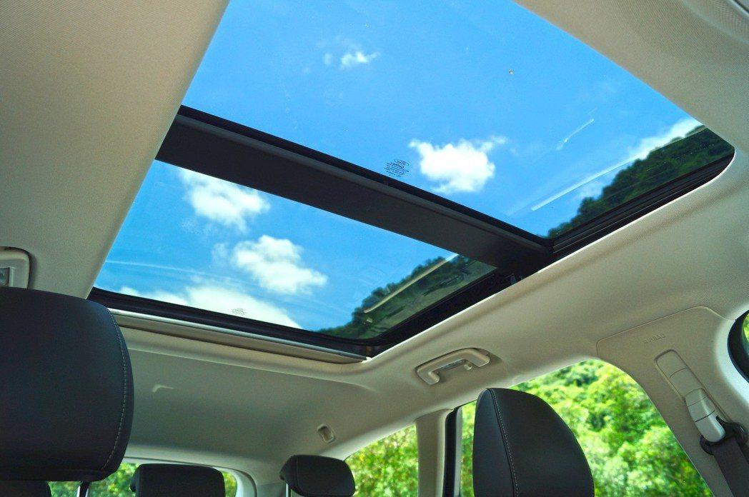 Mondeo Wagon標配全景玻璃天窗讓空間感升級。 記者趙駿宏/攝影
