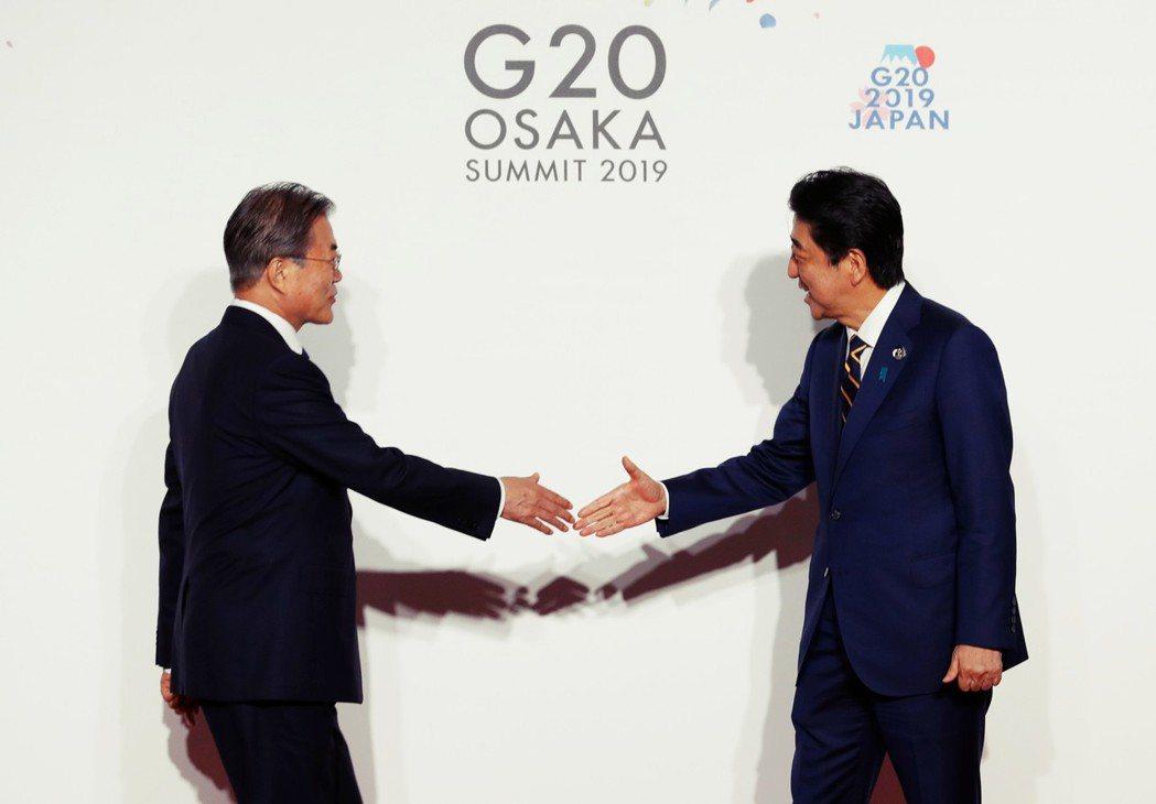 日韓兩國領袖在大阪G20幾無互動,只有開幕歡迎式,安倍晉三首相與文在寅禮貌性握手...