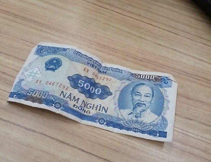 一名男子收到越南同事給的一張5000元越南盾,一查竟發現連買一包科學麵的錢都不夠...