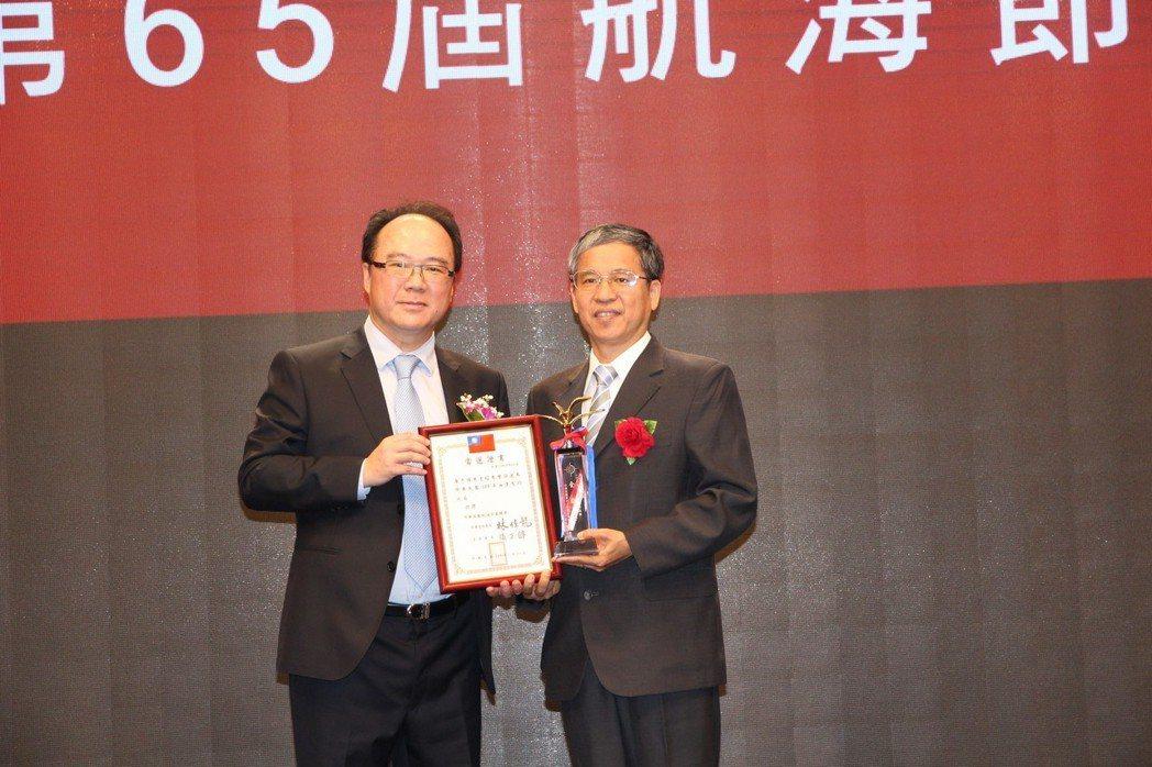 台北海洋科技大學唐彥博校長(右)獲第六十五屆全國海運界「海運有功人員」殊榮,於航...