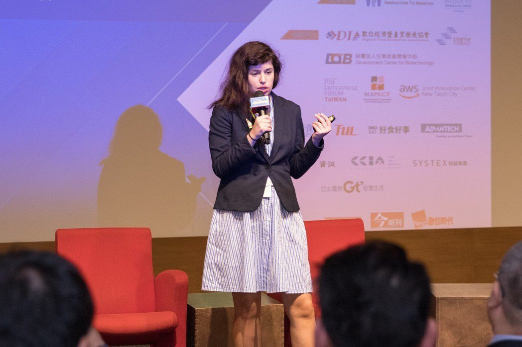 Weavair創辦人之一的Natalia Mykhaylova說明產品應用。 B...