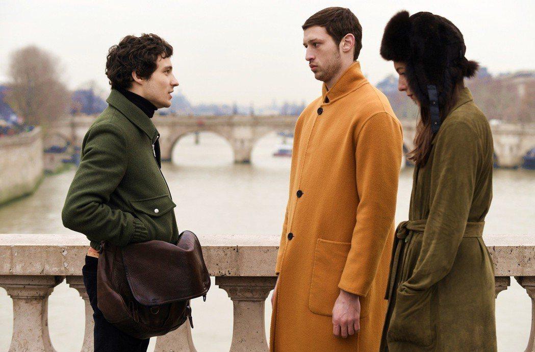 湯姆梅西耶(中)在「出走巴黎」周旋在一對情侶間。圖/海鵬提供