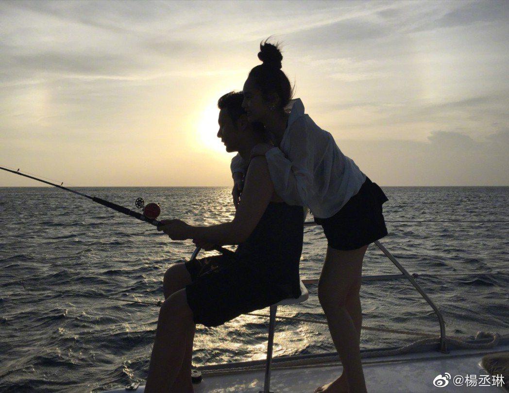 楊丞琳(右)曝光與李榮浩甜蜜合照,祝賀男友生日快樂。圖/摘自微博