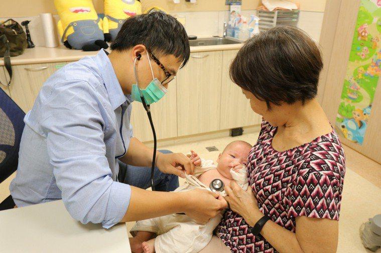 亞洲大學附屬醫院兒童腎臟科醫師陳劍韜提醒,發現孩子反覆發燒超過三天,不論是否有明...