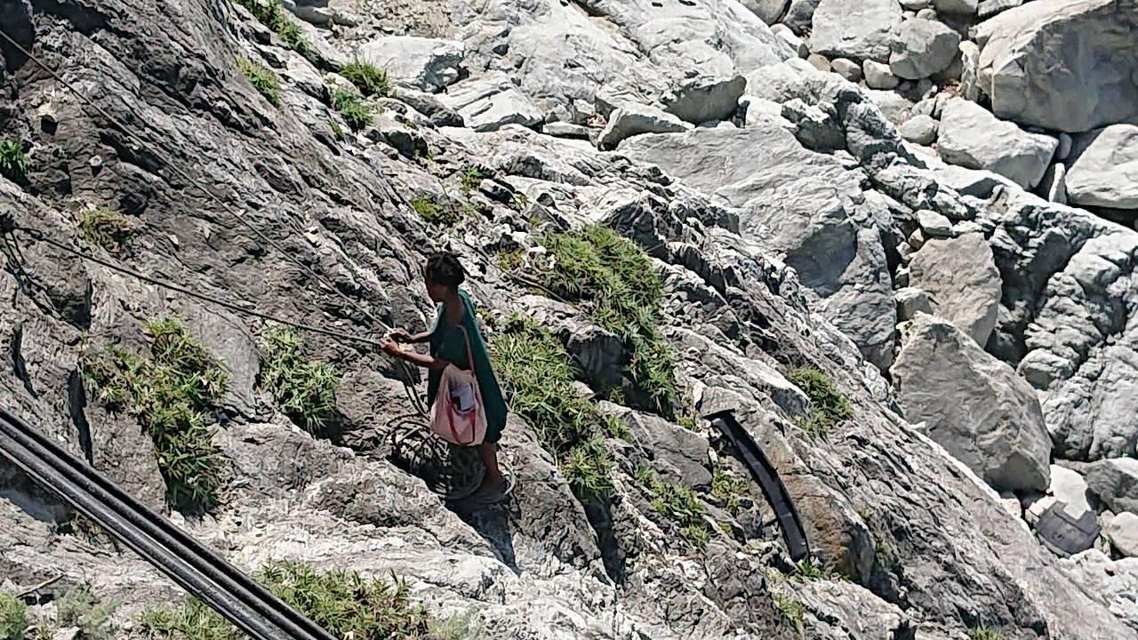 一名外籍女交換生昨天在清水斷崖徘徊,與救援人員僵持10多個小時,終被救出。圖/民...