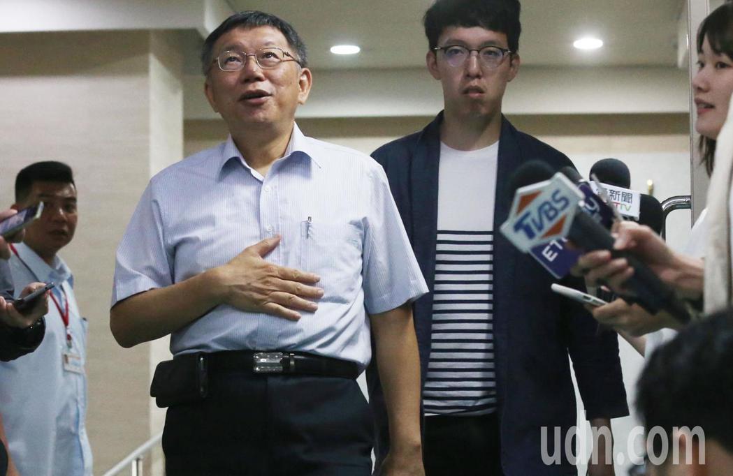 傳出時代力量主席邱顯智在訪美期間表示,若柯文哲(左)參選總統,他將以黨主席身分,...