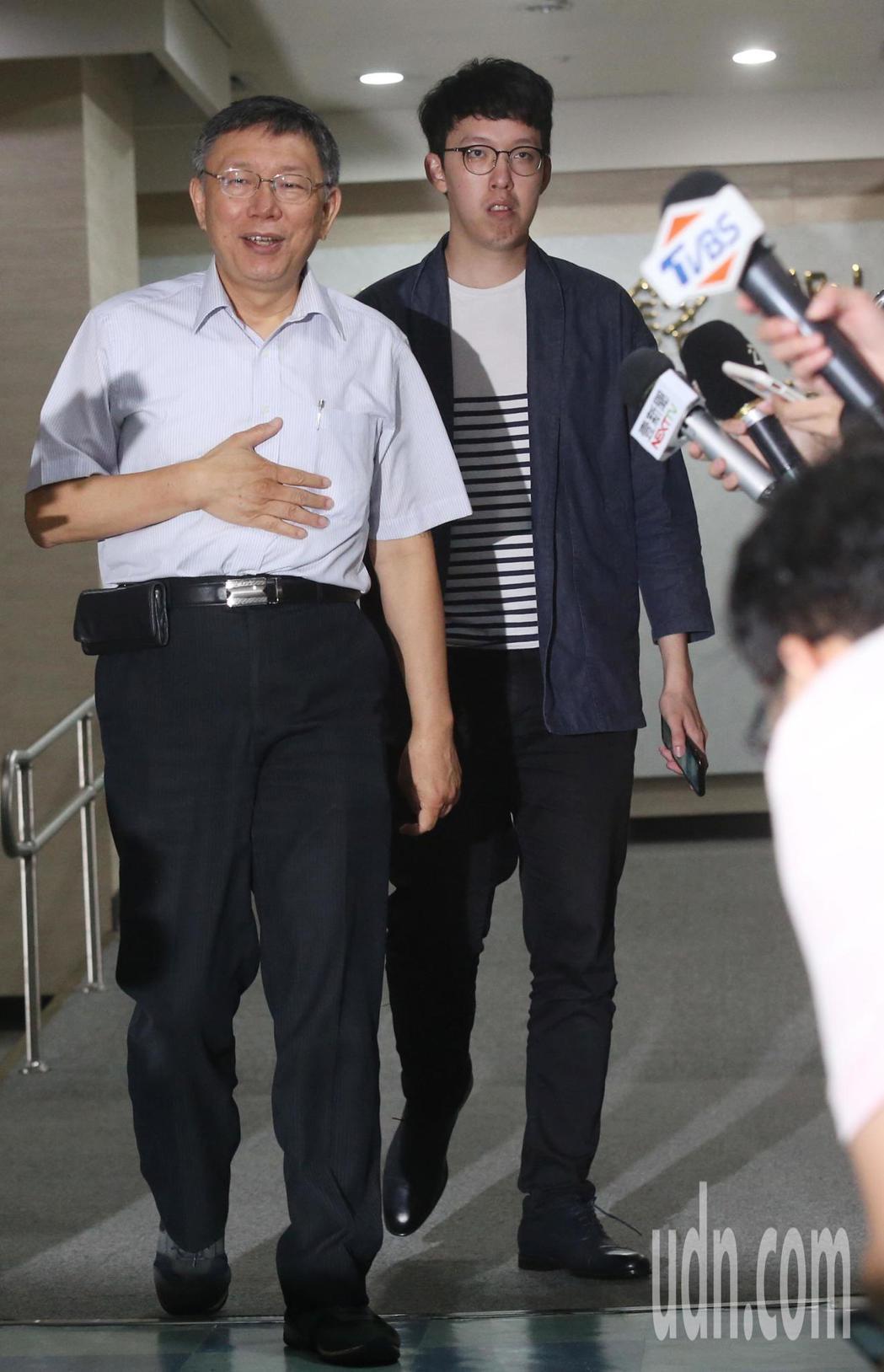 台北市長柯文哲(左)上午接受媒體聯訪,就目前總統選戰各方角逐議題答問。記者林俊良...