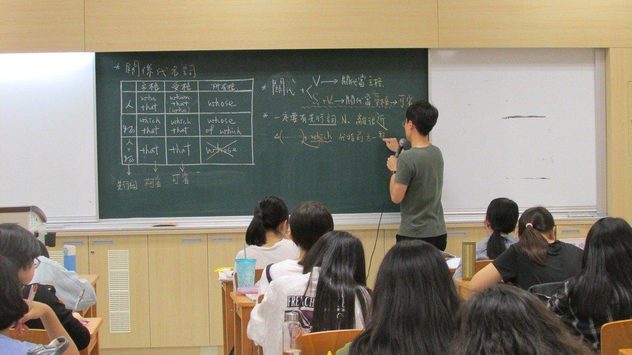 未來一項重大改革是「高中學習歷程」,用以取代升大學需用到的備審資料,讓學生在高中...