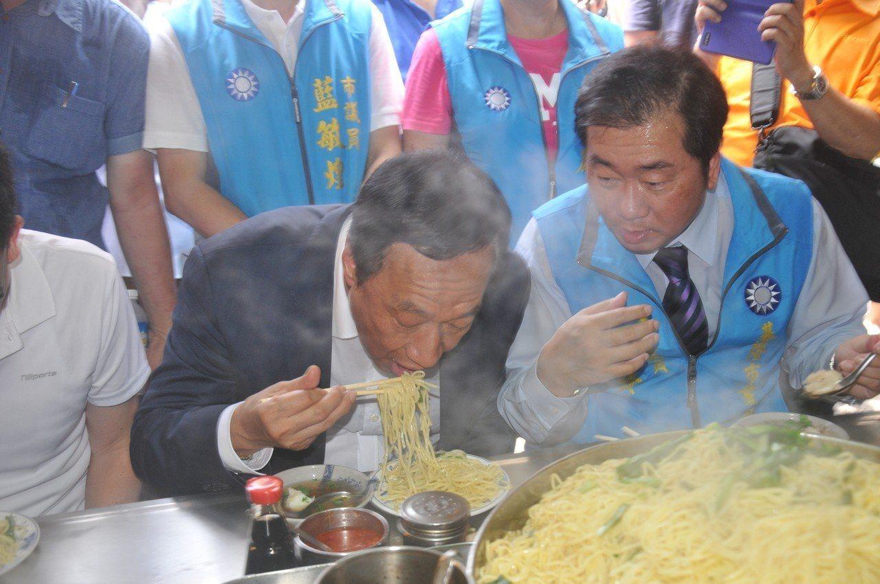 國民黨總統初選參選人郭台銘昨天到基隆,還到廟口吃了花枝焿及大麵炒,基隆美食引起很...