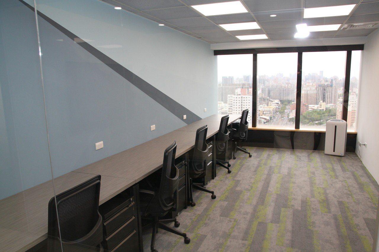 台中市星客匯公司看好大樓的商務需求,在42層的超高大樓裡設立共享空間。記者黃寅/...