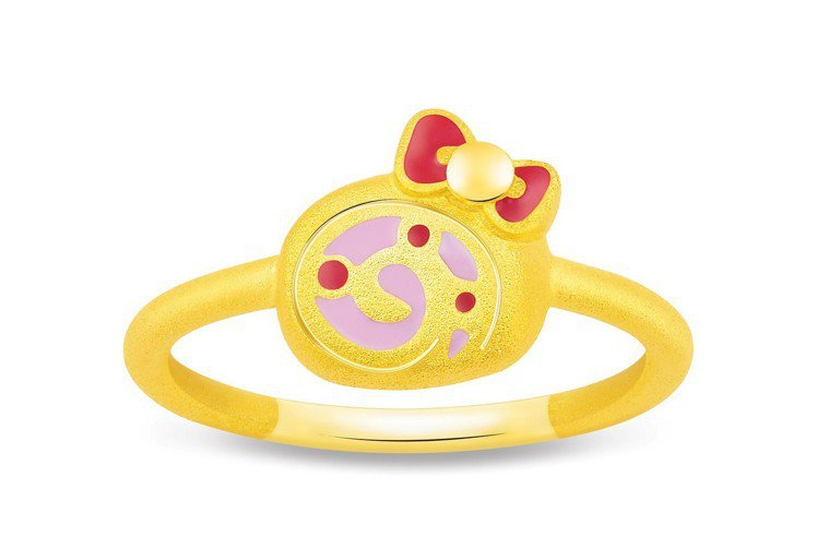 鎮金店Hello Kitty 45周年蛋糕捲戒指,17,800元。圖/鎮金店提供