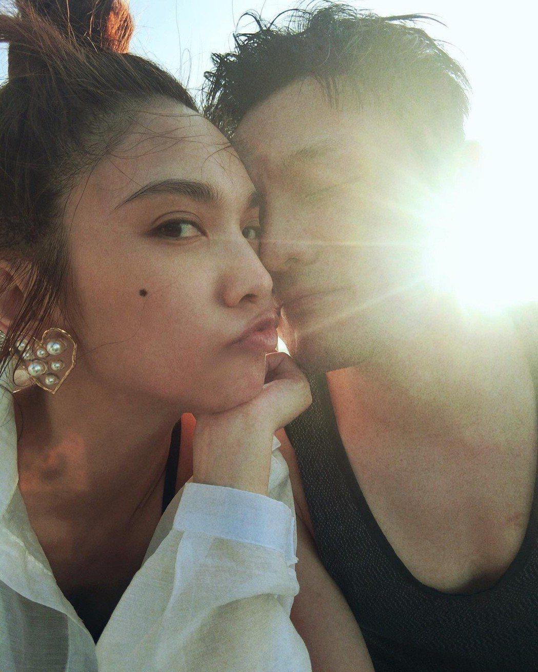 李榮浩(右)在求婚後Po出和楊丞琳臉貼臉照片。圖/摘自微博