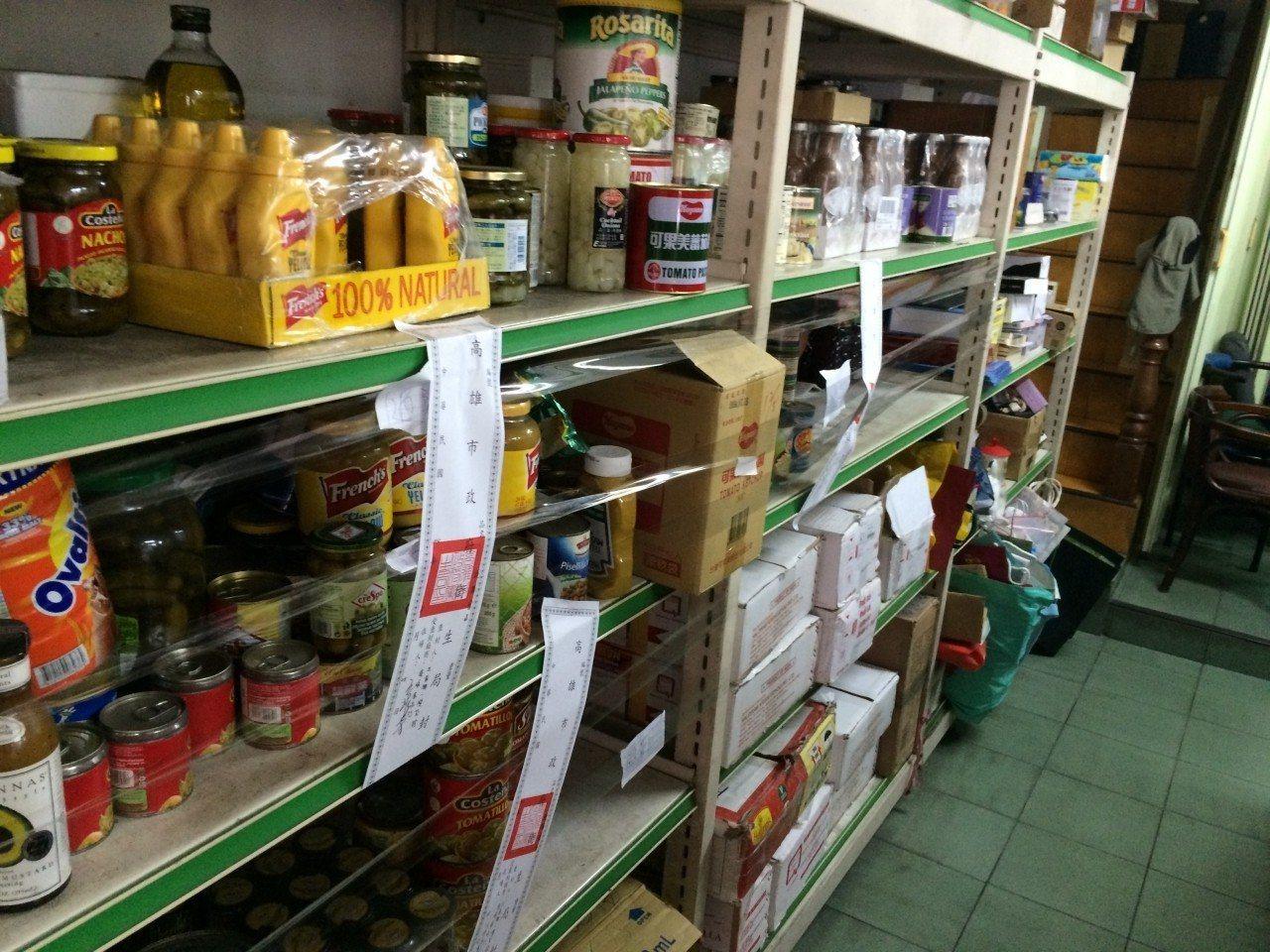 高雄市府衛生局2015年查封東海食品行販售疑似改標的過期食品。圖/高市府衛生局提...