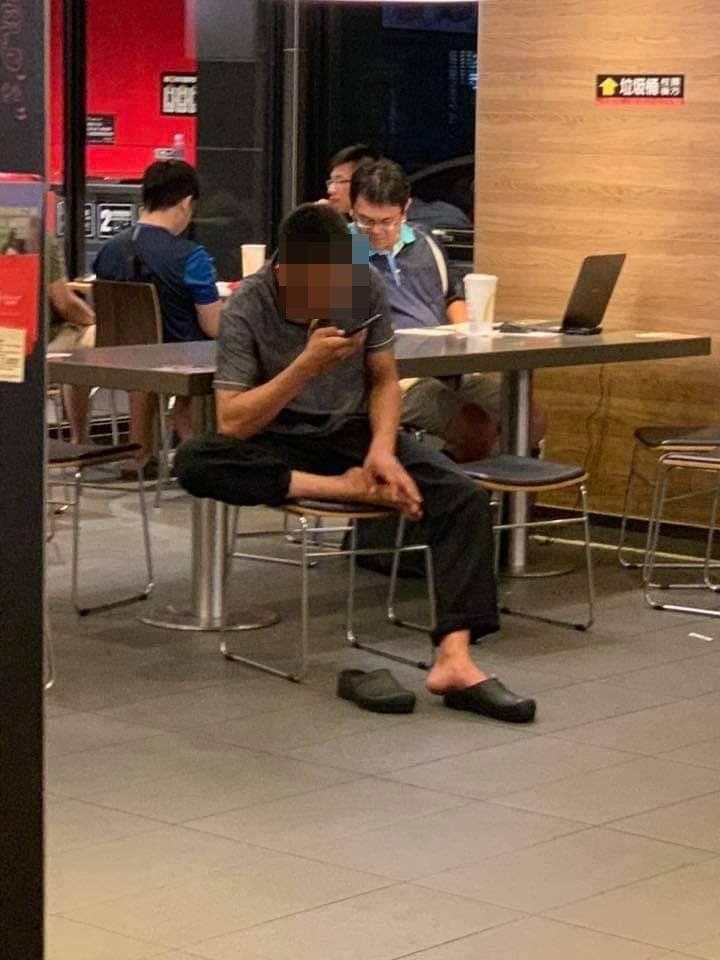有民眾前往新竹一間速食店用餐,發現一名穿制服、疑似速食店員工的男子,大庭廣眾下竟...