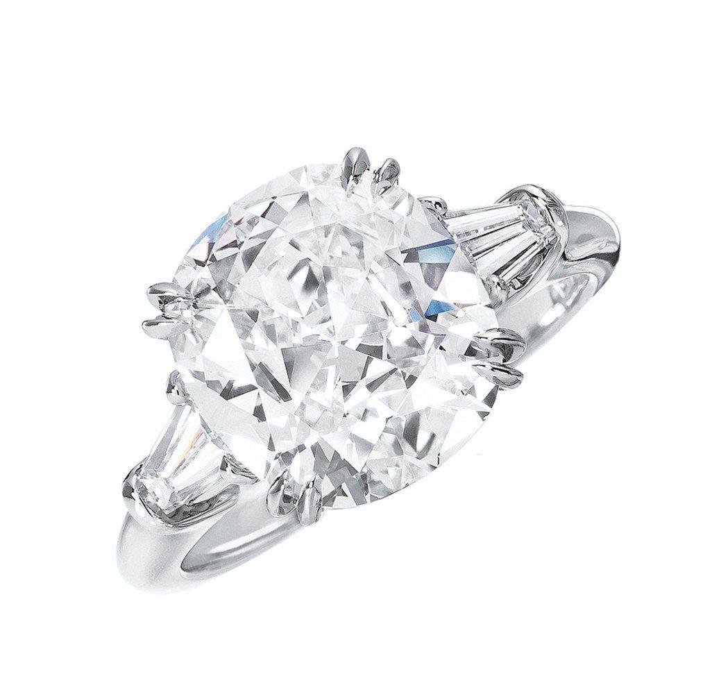楊丞琳的求婚戒為海瑞溫斯頓經典枕型切工鑽石婚戒,主石重2克拉,約300萬元。圖/...