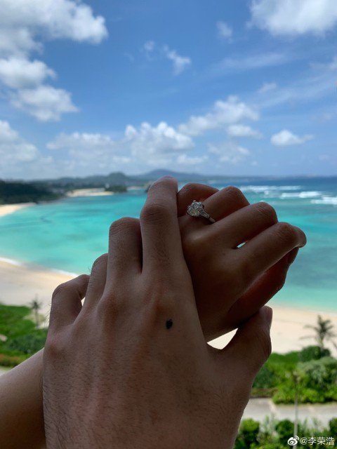 從2015年交往以來,李榮浩跟楊丞琳就不斷地在媒體前放閃,幾年前更在演唱會上秀恩愛,而今天(7/11)是李榮浩的34歲生日,他選在這一天在微博上,貼出求婚成功的訊息,讓粉絲們都大感意外。交往4年,感...
