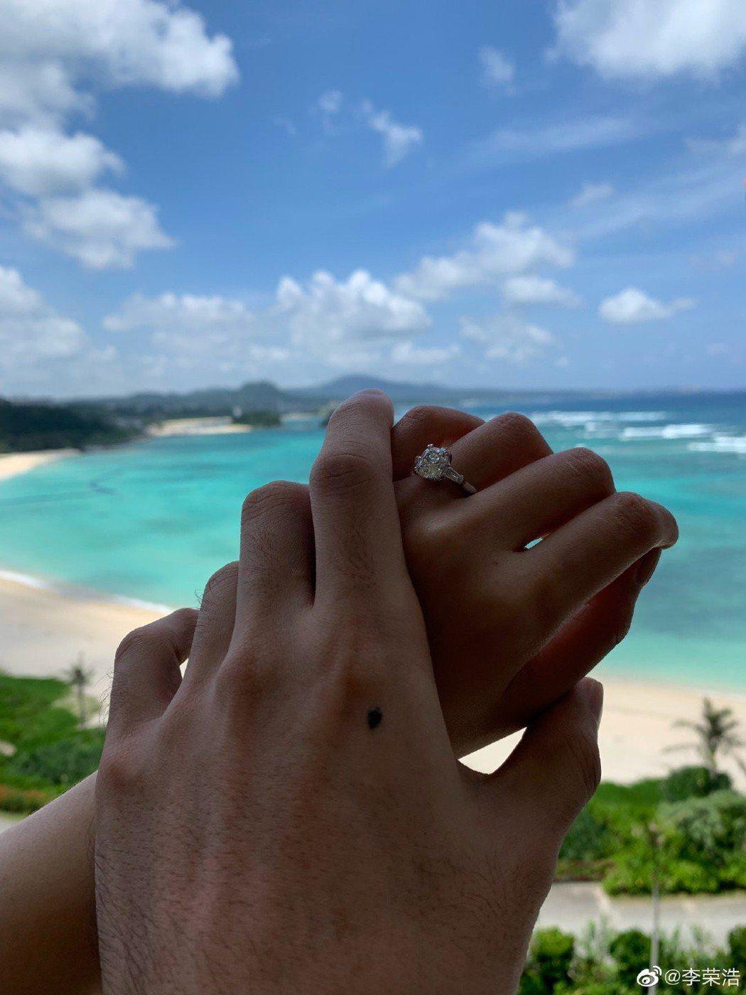 李榮浩社交平台上驚喜宣布求婚成功,寫出「今天34歲,也是我求婚紀念日,謝謝你答應...