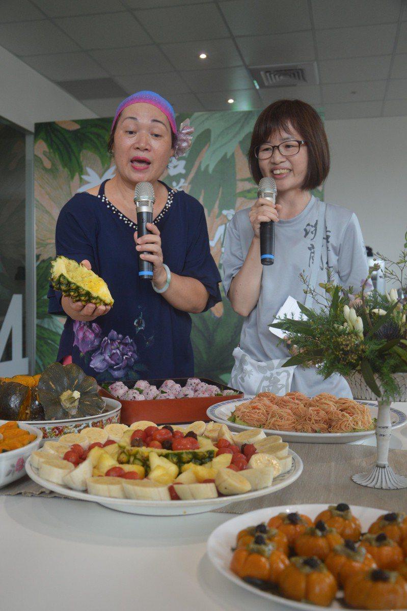 新北雙溪廚藝達人吳月圓(左)介紹在地美食。記者施鴻基/攝影