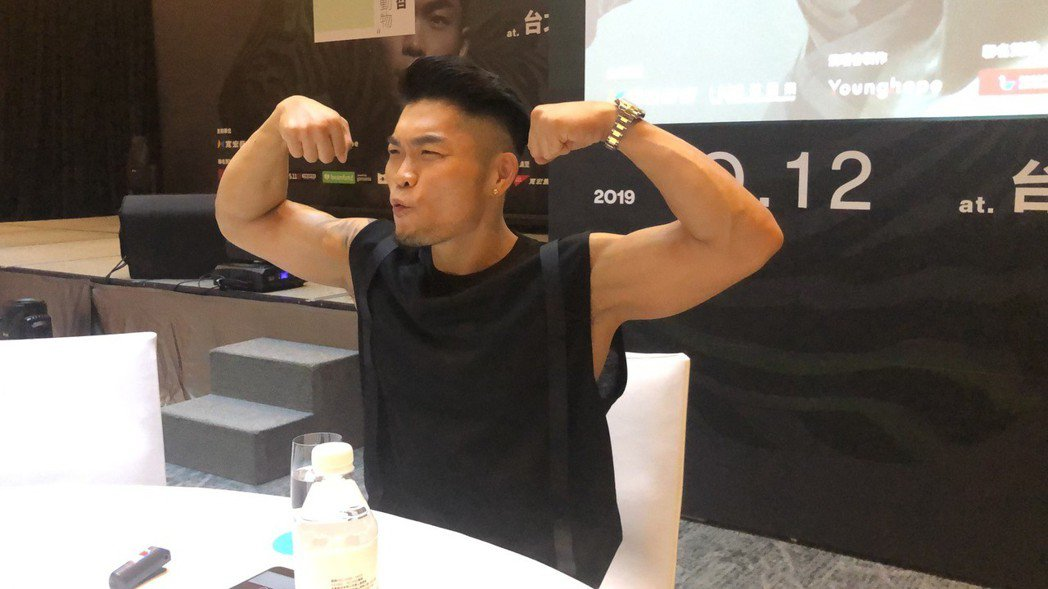 李玖哲大方秀肌肉。記者許晉榮/攝影