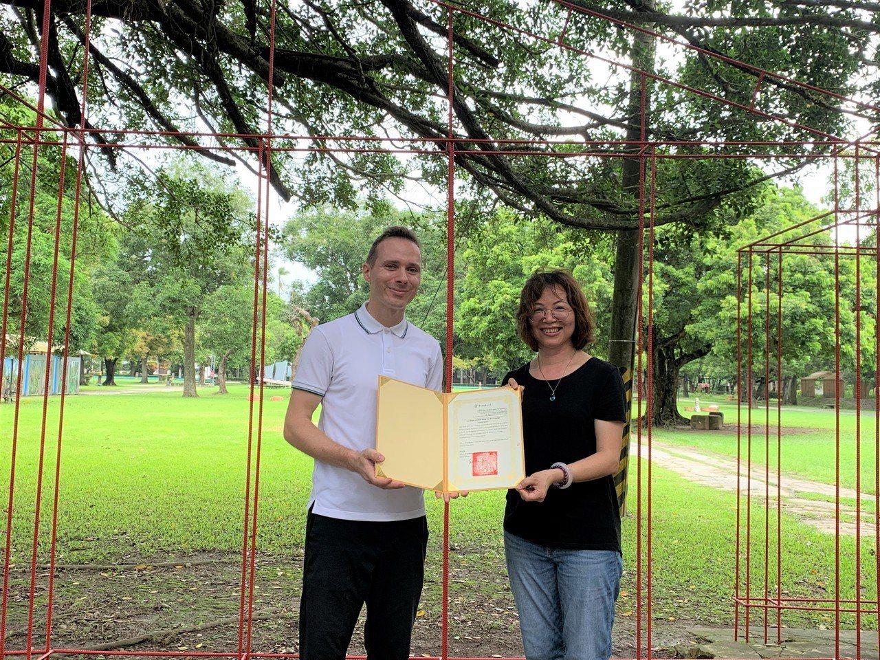 匈牙利藝術家托馬斯‧史維特(左)由台南市文化局科長黃瓊瑩頒給駐村藝術家證書。記者...