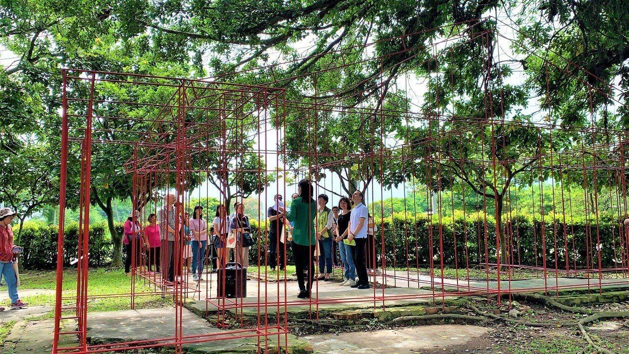匈牙利藝術家托馬斯‧史維特靠著地基遺跡,重現總爺糖廠公共澡堂的記憶。記者吳淑玲/...