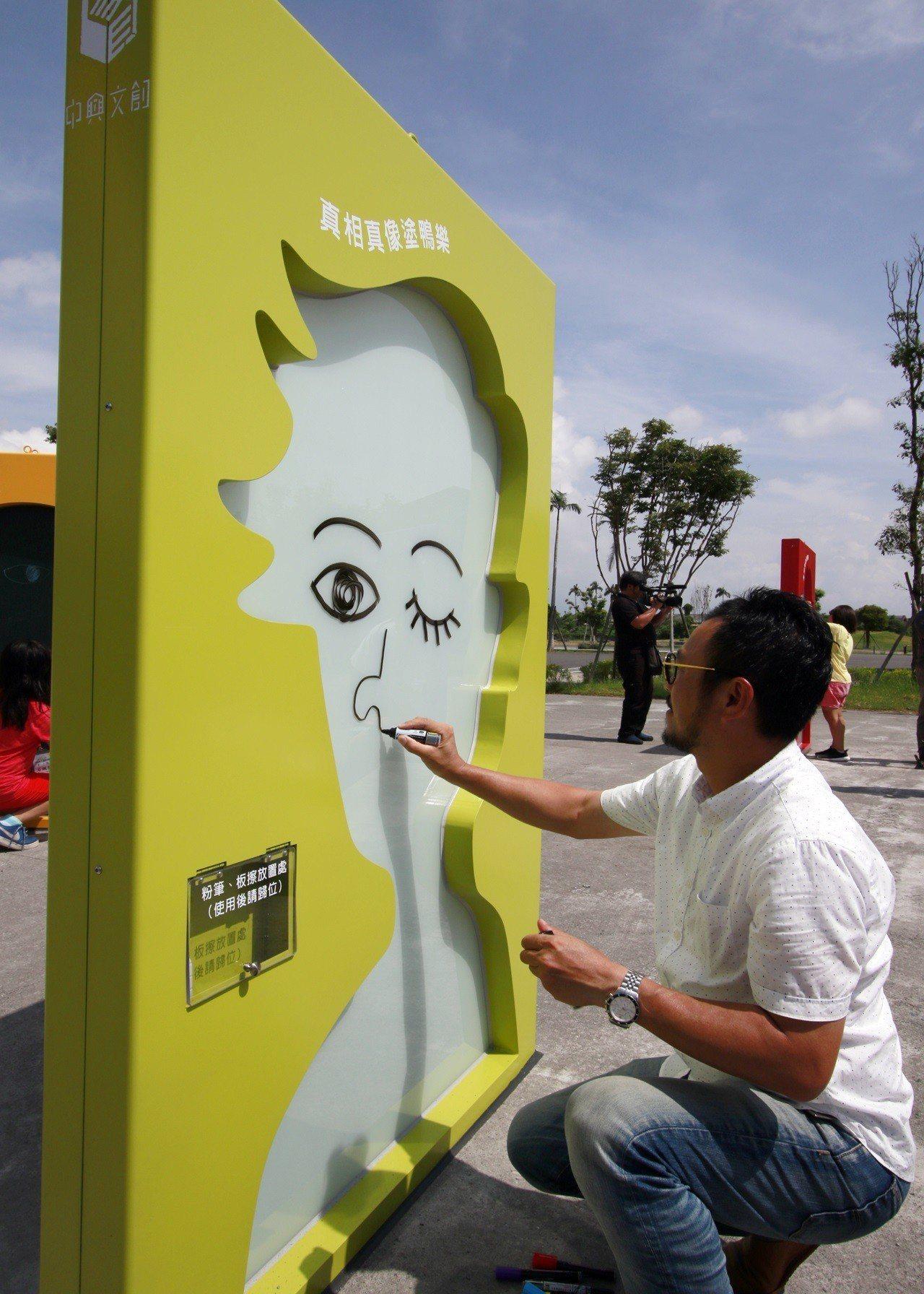 藝術自造祭裝置創作者呂秉承現場示範「真相真像」。圖/宜蘭縣政府文化局提供