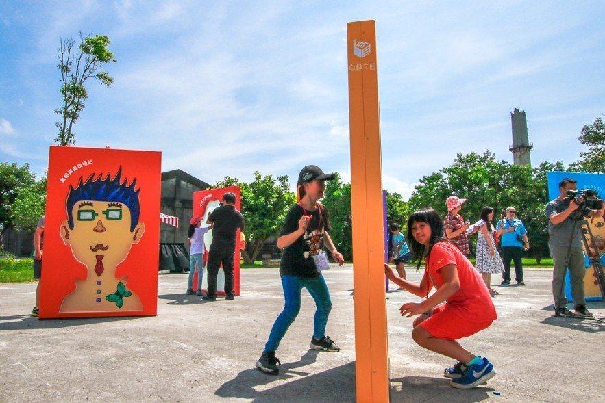 好玩藝創作營學員體驗試玩「真相真像」。圖/宜蘭縣政府文化局提供