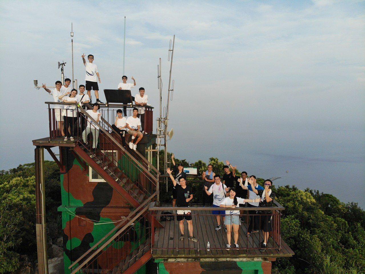 海巡署北部分署舉辦海洋體驗營,帶領學員搭乘海巡艇體驗北方三島海域風光,並登上彭佳...