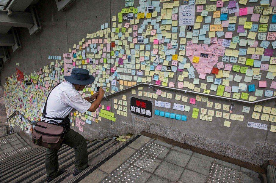 最近「反送中」運動席捲全港,貼滿便利貼的「藍儂牆」也在香港各地遍地開花。(法新社)