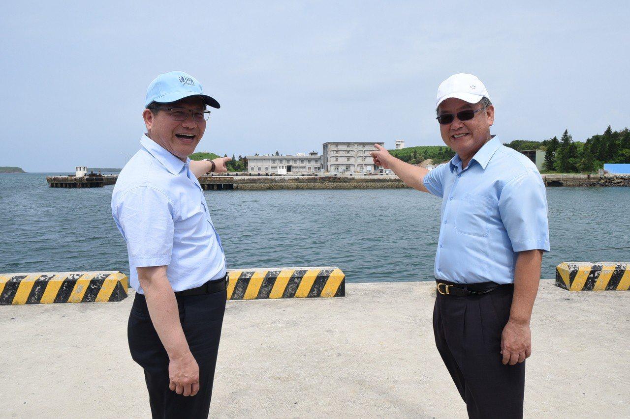 交通部長林佳龍(左)和澎湖縣長賴峰偉對聯手打造金龍頭為藍色公路、跳島郵輪示範港相...