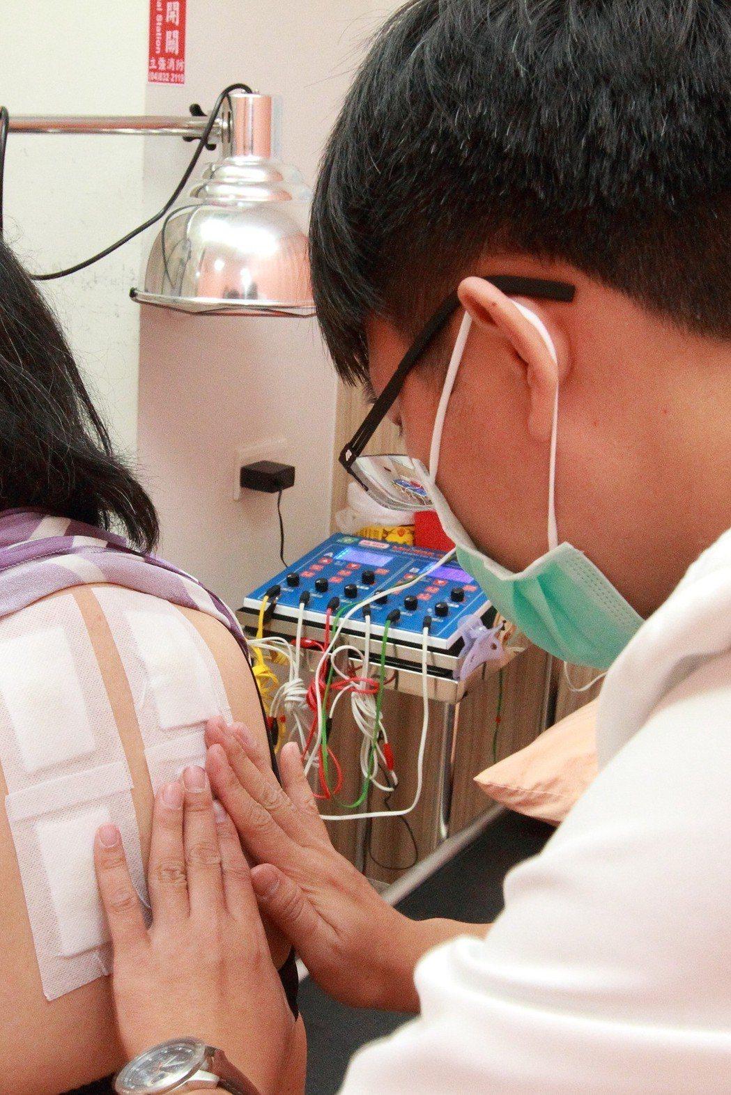 醫療院所提供呼吸道及過敏性疾病患者炎「三伏天灸療」服務。圖/員生醫院提供