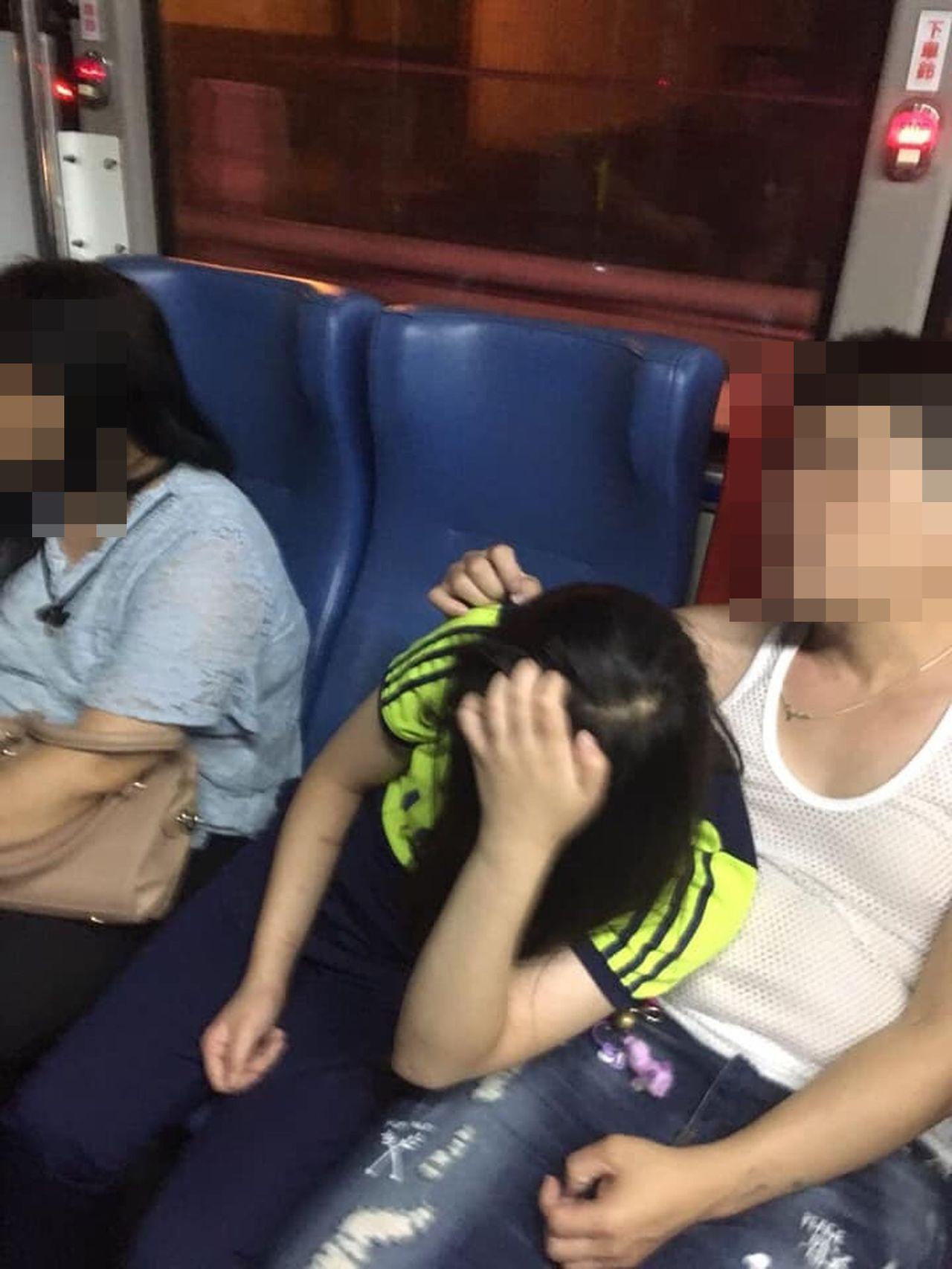 一名少女在公車上,被同座位男子不斷的摟抱性騷擾,坐少女身旁婦人不但未制止,反拖住...