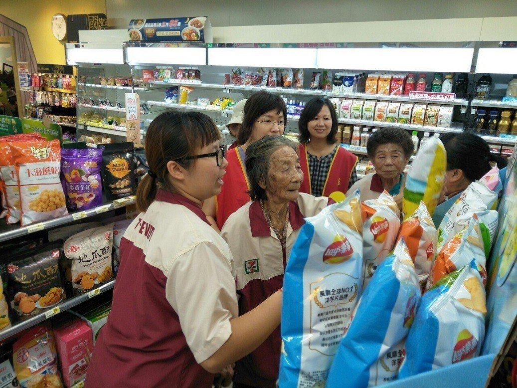 88歲吳阿嬤自家經營雜貨店,「一日店長」活動讓她感受截然不同的店鋪經營型態。記者...