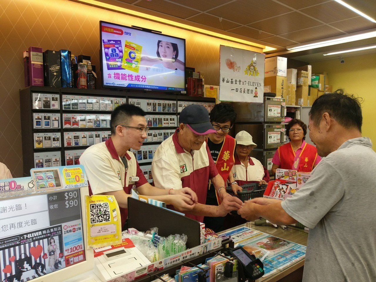 華山基金會安排阿蓮長輩前往便利商店擔任「一日店長」。記者徐白櫻/翻攝