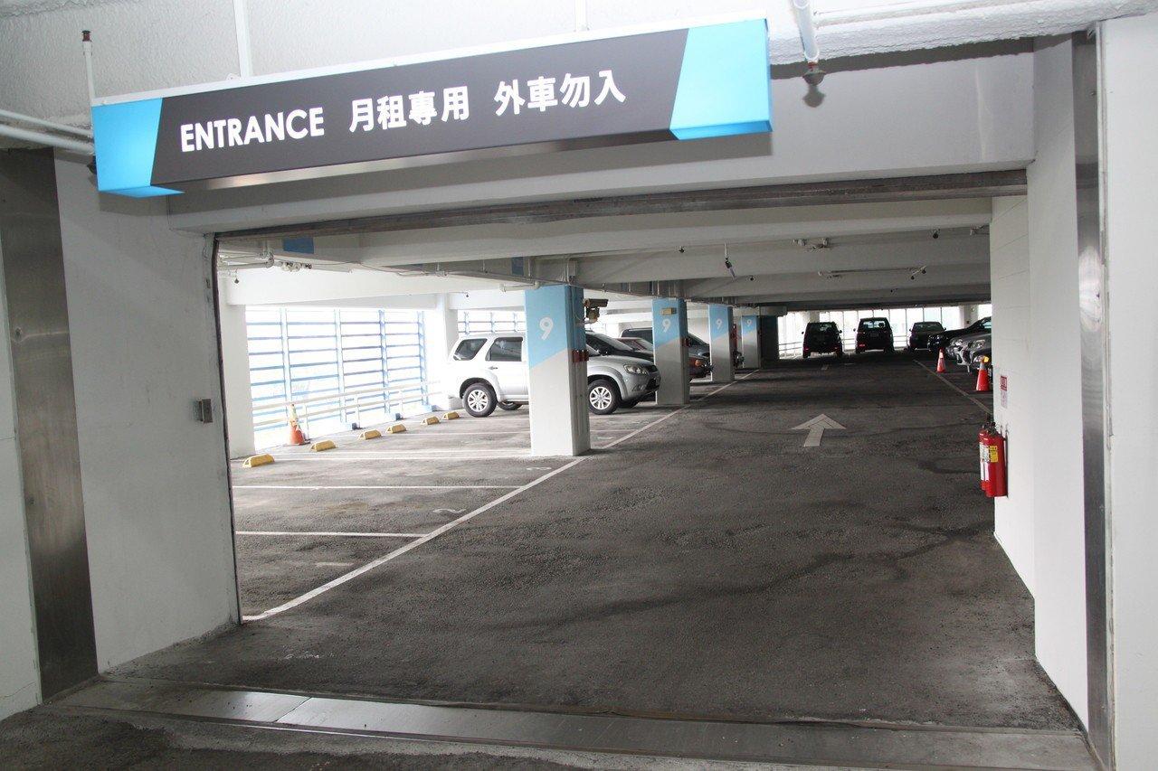 台中市台中公園對面的自由二期7至13樓停車場明亮、地面平整,牆壁都經粉刷。記者黃...