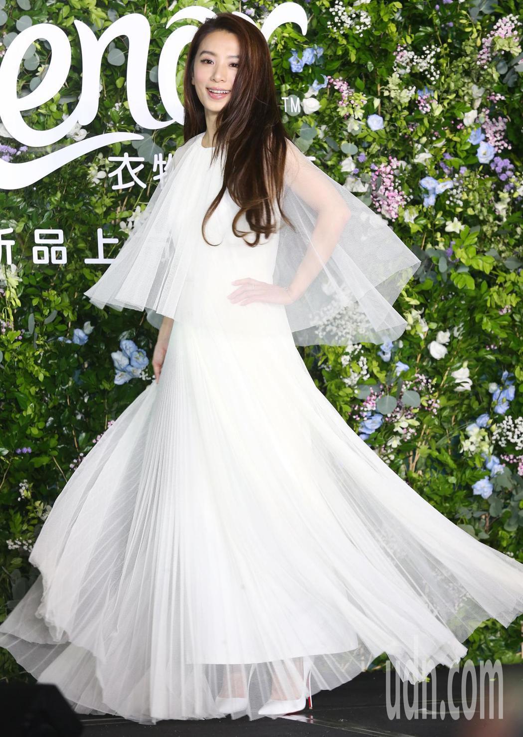 Hebe身穿雪白紡紗從花叢中出場宛如森林中的女神。記者徐兆玄/攝影