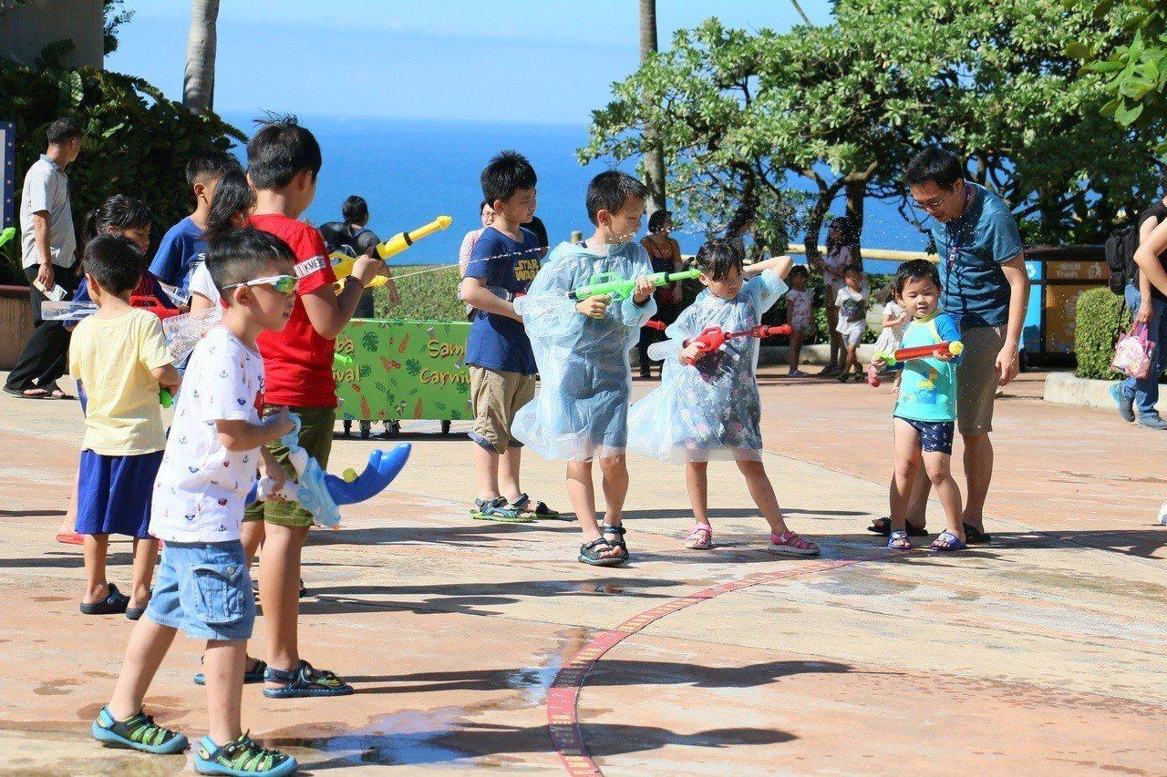 暑假每日二場的夏日森巴水花派對,讓大小朋友拿起水槍打水仗。圖/遠雄海洋公園提供