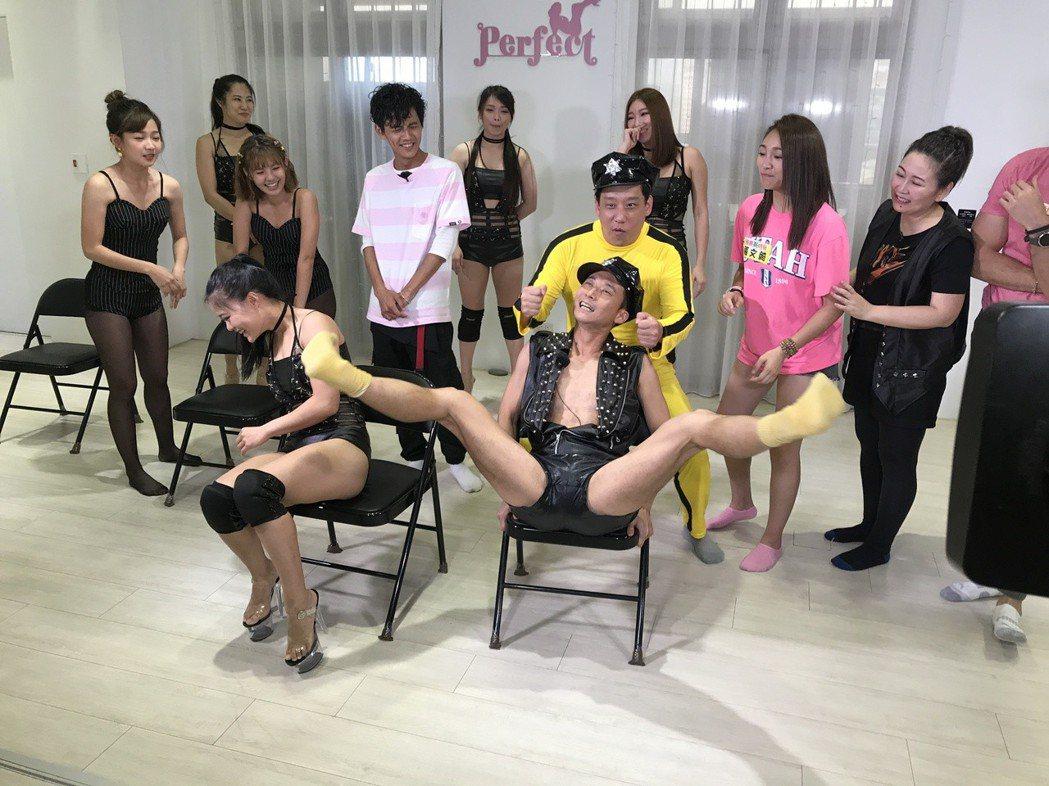 浩子(坐者)練舞太認真,一旁女舞者差點看到他的「小小浩子」。圖/民視提供
