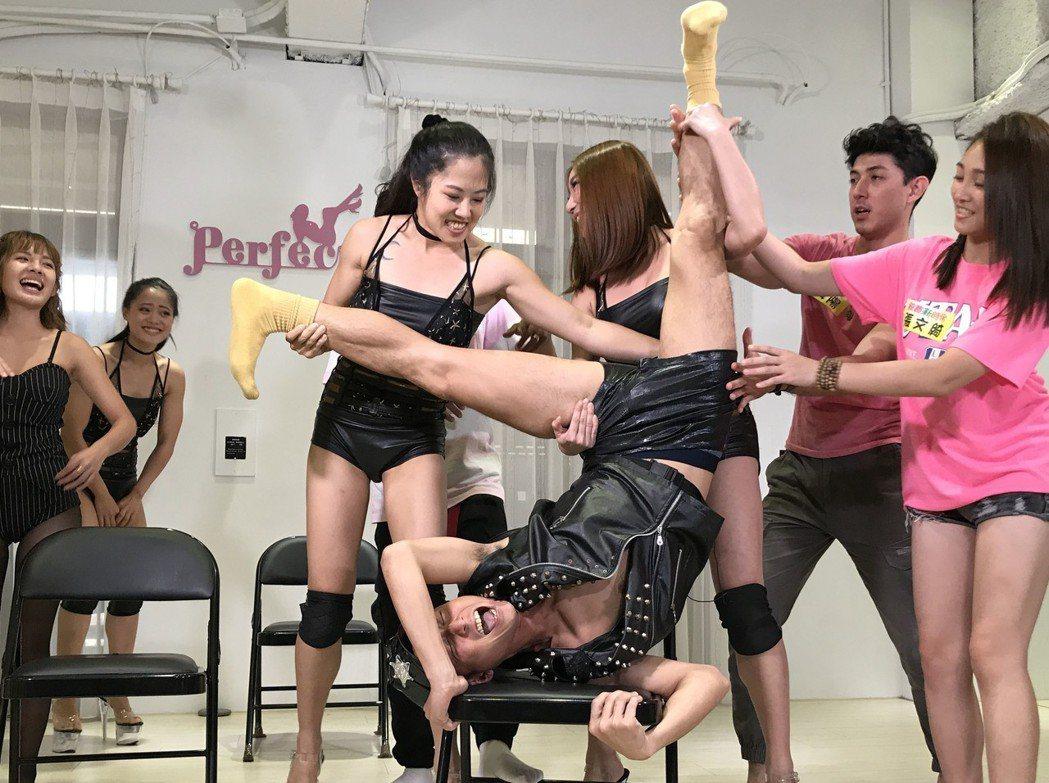 浩子(半躺者)練舞太認真,一旁女舞者差點看到他的「小小浩子」。圖/民視提供