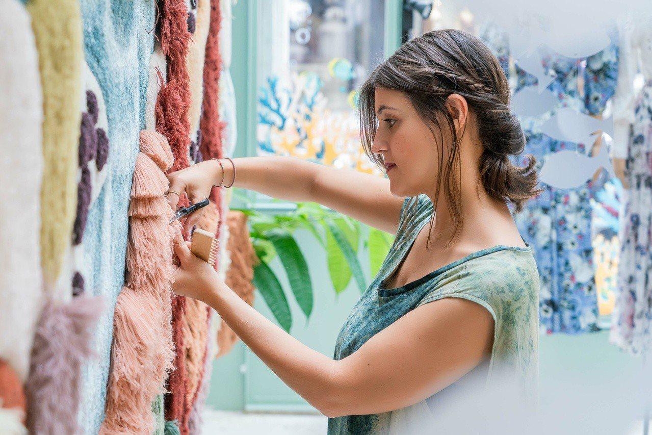 葡萄牙編織藝術家Vanessa Barragão現場示範創作中的修剪,相當療癒。...