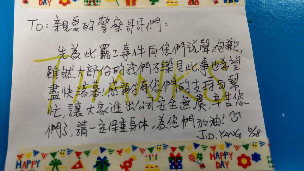 長榮空服員罷工事件日前在勞資雙方簽下團體協約後順利落幕,罷工空姐私下寫了小卡片向...