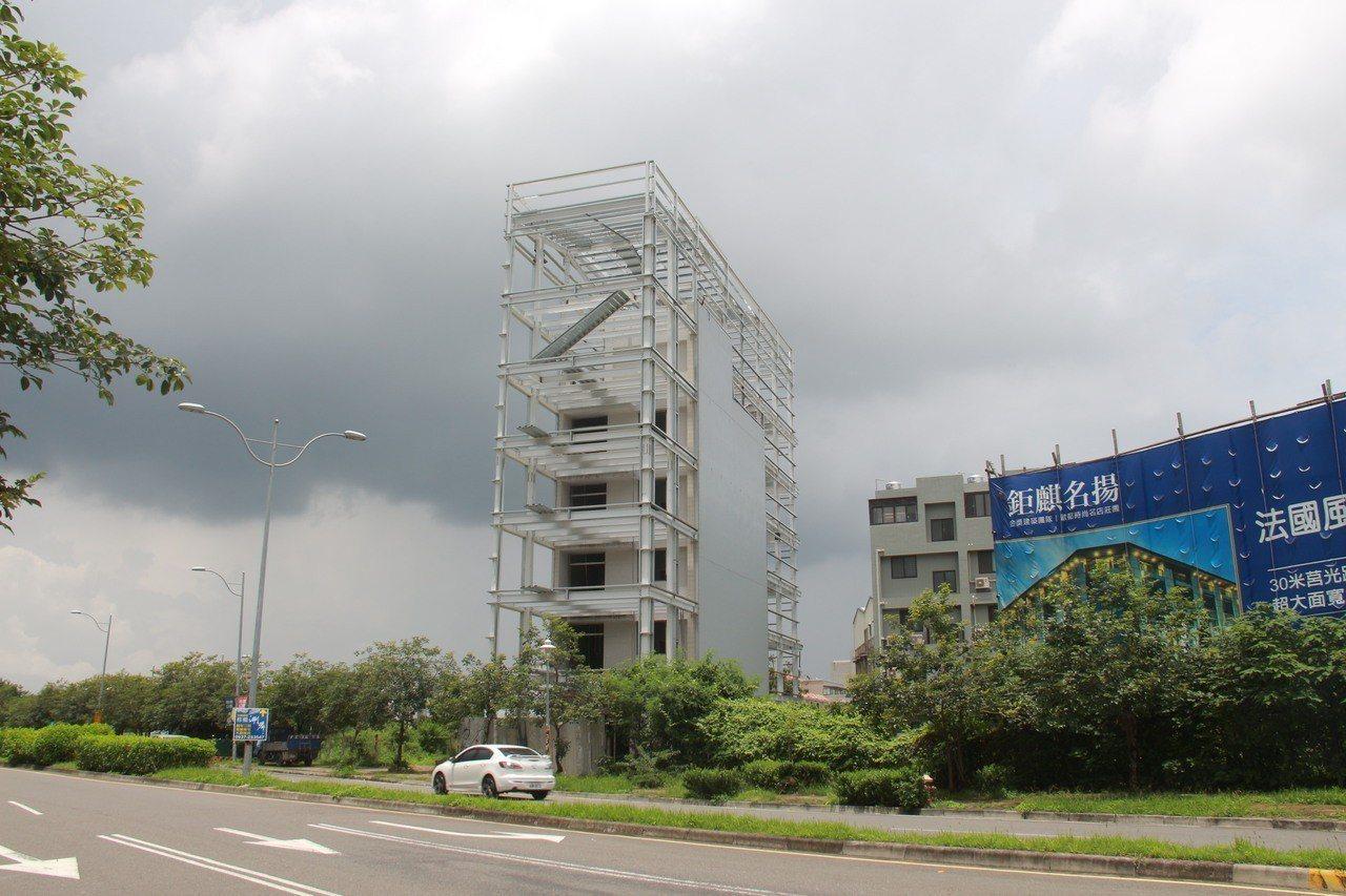 員林市一棟5樓透天厝卻被H鋼骨層層包圍,加長還加高,網友直呼「最狂的加建」。記者...