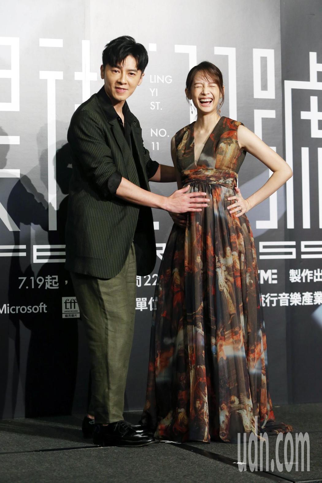 「靈異街11號」舉行首映會,李國毅(左)撫摸簡嫚書孕肚。記者邱德祥/攝影