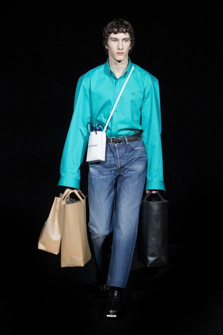 全新打造的經典購物袋手機包,是一款迷你的長方形手提袋,可以收納各種不同型號與大小...